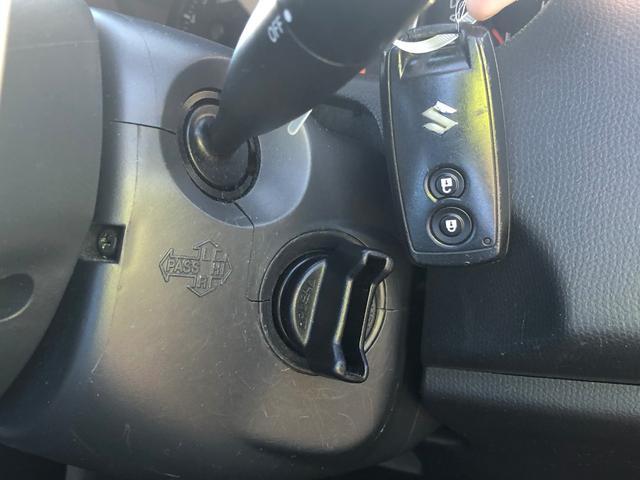 カバンやポケットから鍵を出さずにドアロックの開閉やエンジンスタートが可能なスマートキー搭載車です。