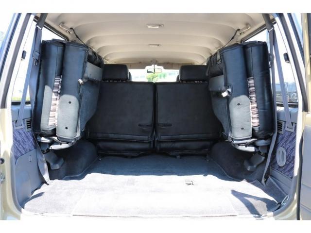 サードシートは跳ね上げ式ですので、ラゲッジスペースとしても広々ご利用いただけます!