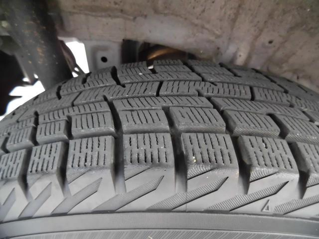 タイヤスタッドレスタイヤになります。残量有ります。