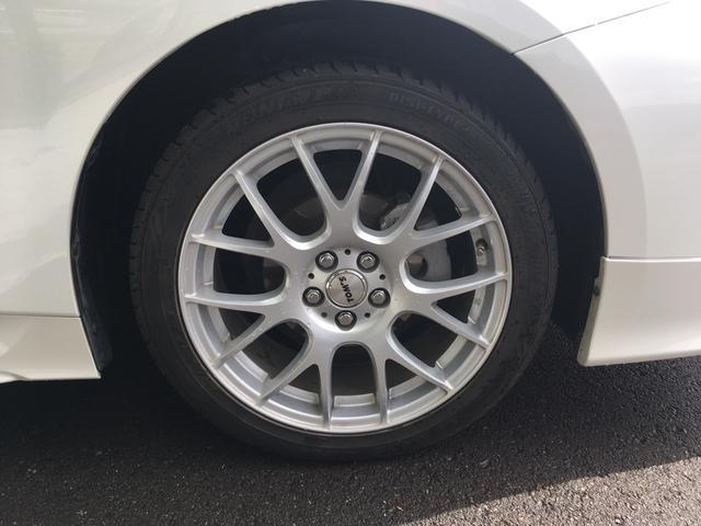トムスアルミが付属。タイヤサイズは215/45-17となります。