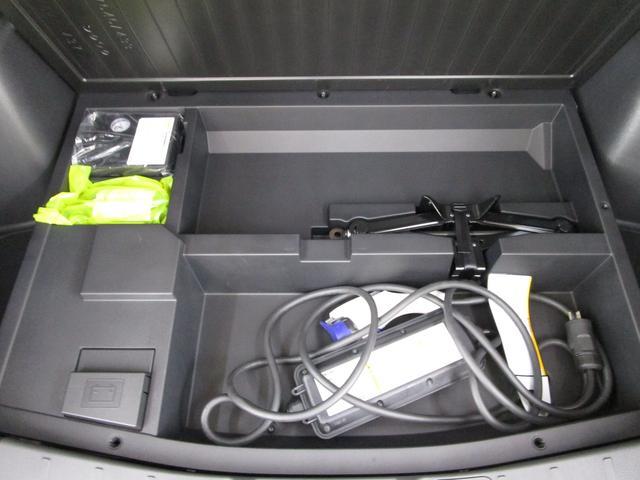 ラゲッジスペース下には家庭用充電器を装備しております。