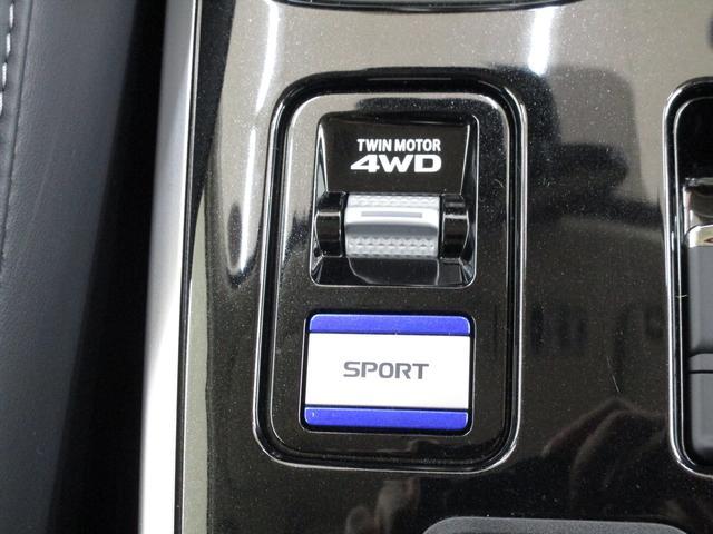 床下には駆動用バッテリー。重量物を床下に配置。低重心化によって優れた操縦安定性を実現。