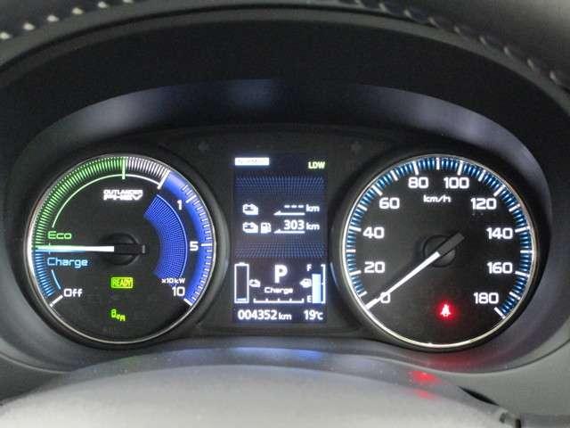 メーター中央に駆動用バッテリー残量やエネルギーフローを表示できます
