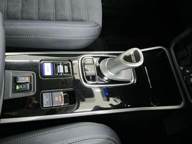 フロントシートヒーター EVプライオリティモード(モーターのみで走行できるモード)を選べるEVスイッチ装備