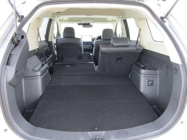 開口部が広く荷物の出し入れ楽々の荷室です。人気のメーカーオプション 「100V AC電源(1500W)」付きです