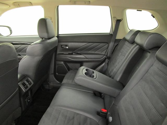 セカンドシートの中央部にはドリンクホルダーが付いております。