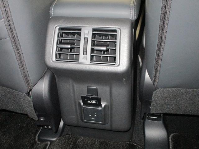 コンソールボックスの後ろにはエアコンの吹き出し口がございます。
