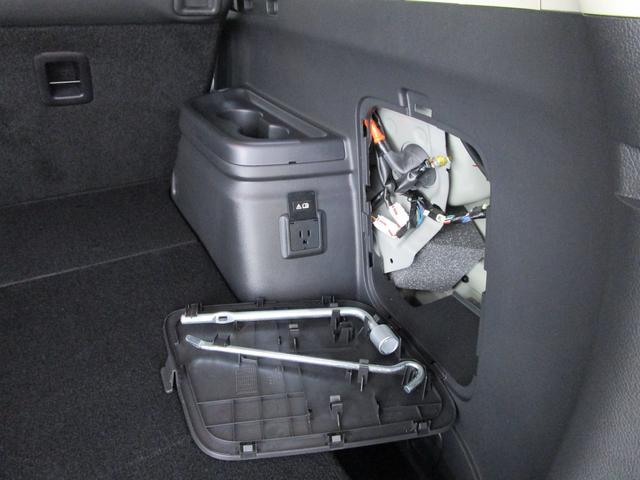 ラゲッジルーム右側には工具を装備しております。