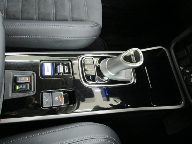 電動パーキングブレーキです。オートホールド機能付きでブレーキから足を放しても停止を保持してくれます。