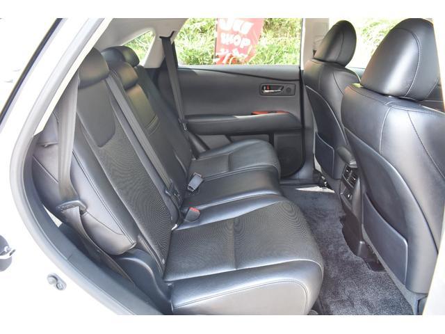 後部座席は足元も広くゆったりと乗車出来ます!リクライニングも可能です!