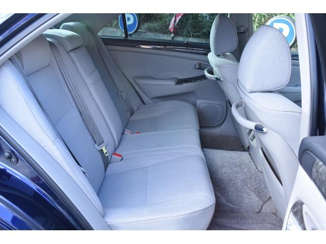 後部座席は足元も広くゆったりと乗車出来ます!電動でリクライニング可能です!