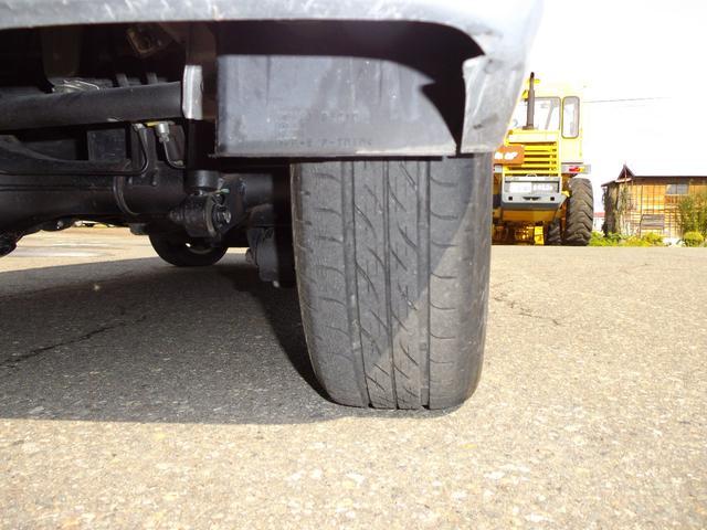 タイヤはひび割れていますので新品に交換します。