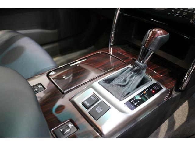 ■木目パネルをふんだんに使った高級感溢れるデザイン♪運転席から、各種ボタンの操作がしやすいように設計されています。車を走らせる優越感に浸れてしまいます♪