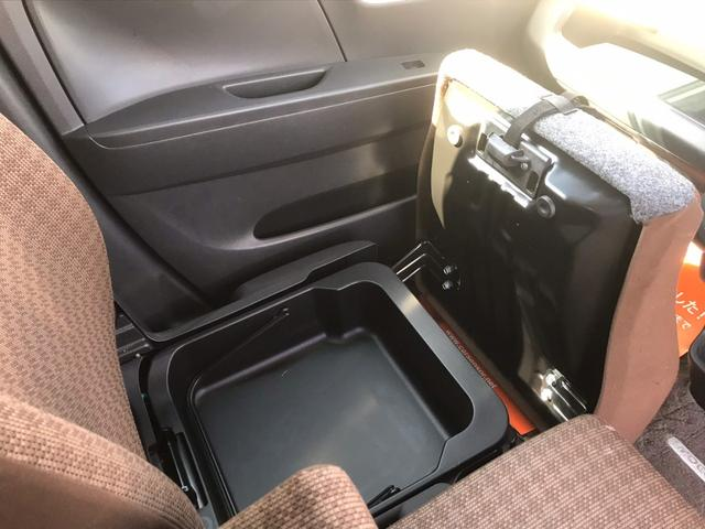 助手席シート下にはシークレット収納!運転用の靴や、その他荷物も気軽に収納できます。