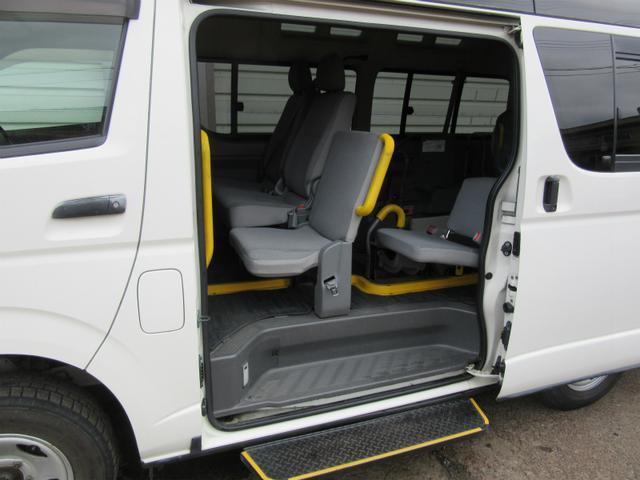 トヨタ レジアスエースバン 4WD3.0ジーゼルターボ ウェルキャブ車いす2基10人乗り