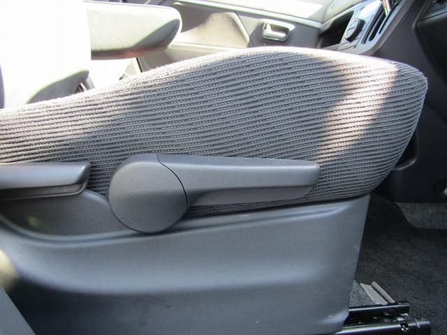 ■シートリフター(運転席の高さを調節できます)