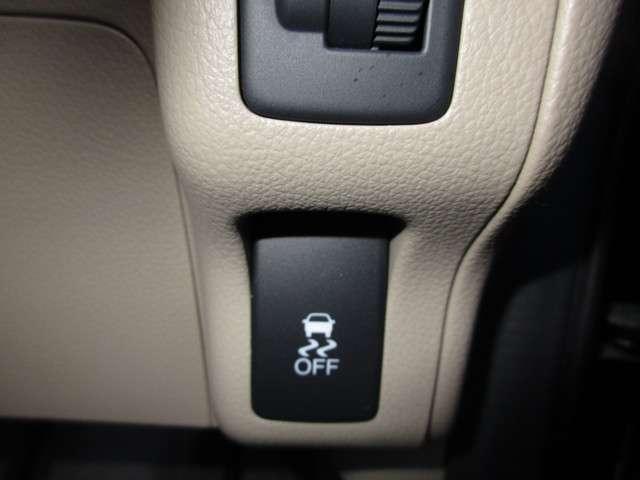 VSAが、走行中の車のタイヤのスリップを感知して、安全な走行を確保します。