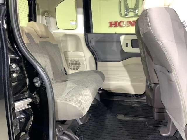 実に2.0Lミニバン並みの前後のシート間隔を実現。後席にも足元・ヒザまわりに余裕のある開放的な空間が広がります。