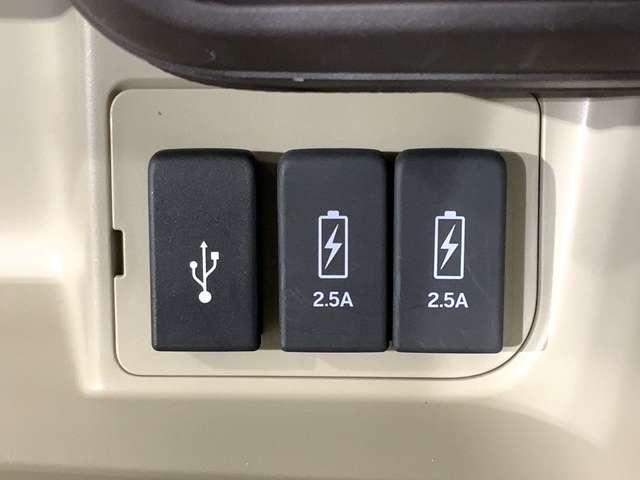 スマートフォン等の音楽再生が可能なUSB接続ジャック、I-PADの充電も可能な2.5A急速充電ジャックも装備。