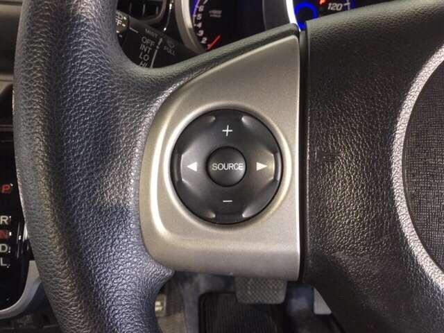 ハンドルスイッチで、走行中もハンドルから手を離すことなく、安全にオーディオをコントロールできます
