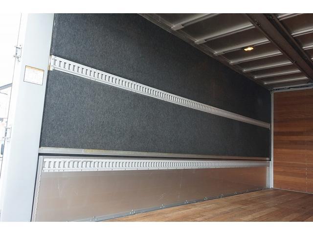 4.5t 増トン ワイドベッド付 ウイング Rエアサス R観音扉/格納ゲート1,000kg付 リモコン付 床フック6対 ラッシング2段 セイコーラック 荷室左右パネルカーペット張り 6MT(30枚目)