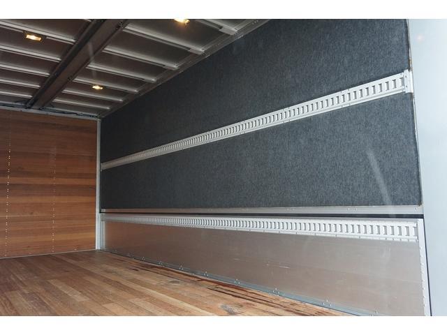 4.5t 増トン ワイドベッド付 ウイング Rエアサス R観音扉/格納ゲート1,000kg付 リモコン付 床フック6対 ラッシング2段 セイコーラック 荷室左右パネルカーペット張り 6MT(31枚目)