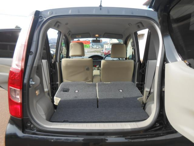 後席シートは分割可倒式となっており、写真の様に広い荷室となります♪
