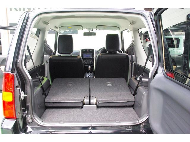 後部座席を倒すことで、大きな荷物を積むことができます。