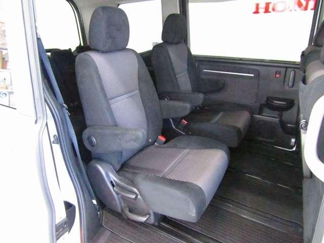 キャプテンシートでは、1席ずつに分かれたパーソナル感のあるアームレスト付シート。シート間が「通路」となるため、1列目から3列目までスムーズに移動できます。