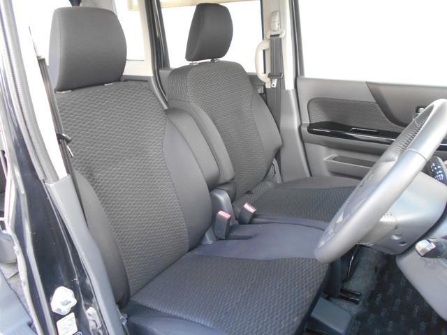 広々ベンチシートでゆったり運転。