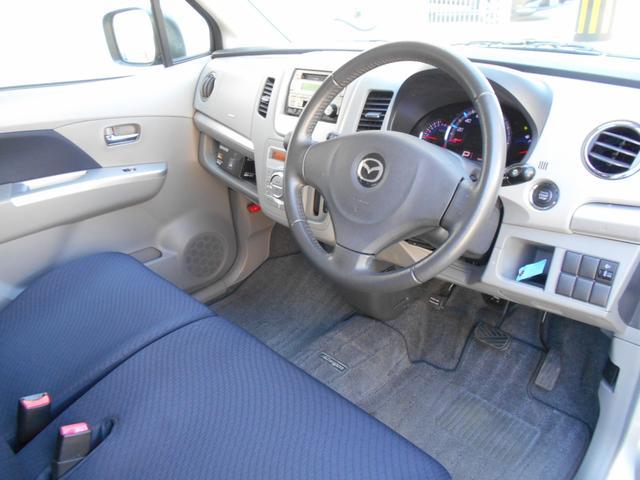 運転席・助手席ともにキレイですよー。