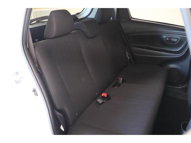 後席でも足元が広いのでゆったりと座ることができます。