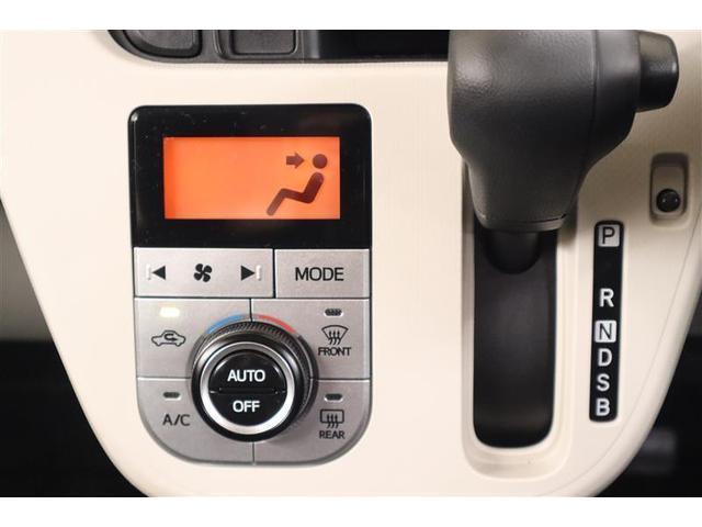 シフトレバーの横にエアコンのスイッチがあります。白を基調としているパネルがとても綺麗です。