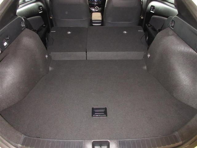 後席をパタンと倒すと収納力がアップ!急な荷物にもすぐ対応できますよ。