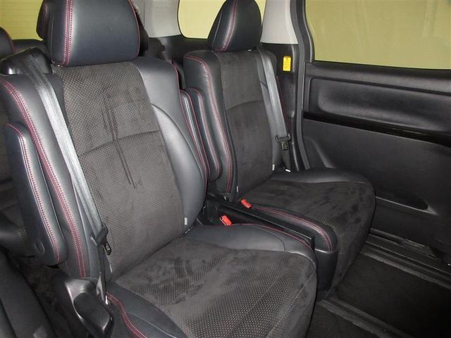 後席もシートの厚みもたっぷりで大人の方が肘置きに手をおいて快適なドライブをお楽しみいただけます。