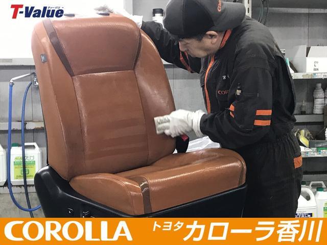 当然シートも一脚ずつ丁寧に磨き上げます。モケットや革シートそれぞれに合わせ専用機器にてクリーニング致します。