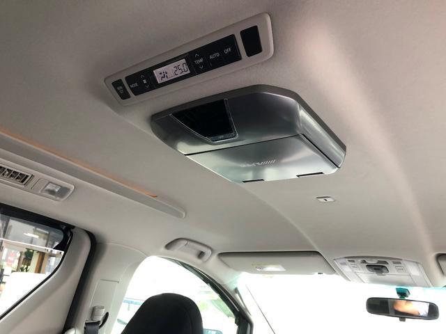 後席モニター付きで後席のお子様も長距離ドライブに飽きずにDVDやTV視聴ができます