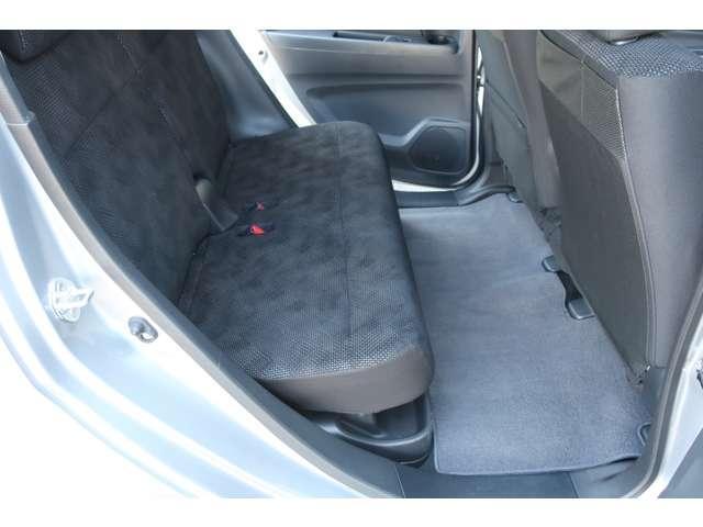 シート下には傘置きスペースがあります。