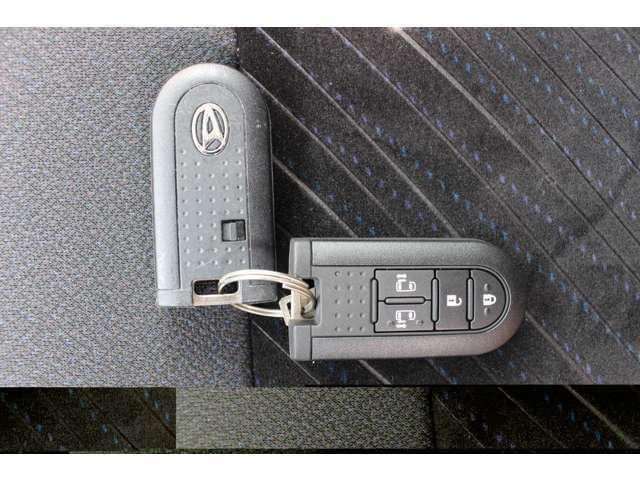 キーフリーシステムになっています。電子カードキーを携帯していれば、ドアハンドルのリクエストスイッチを押すだけでドアの施錠と解錠が楽々♪