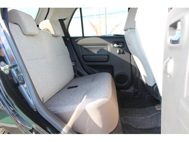 後部座席です。一体型のシートになっているため足元には少し余裕がありますよ!