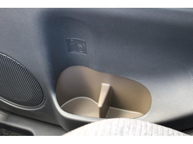 後部座席にもペットボトルの入るボトルホルダーがちゃんと付いています!