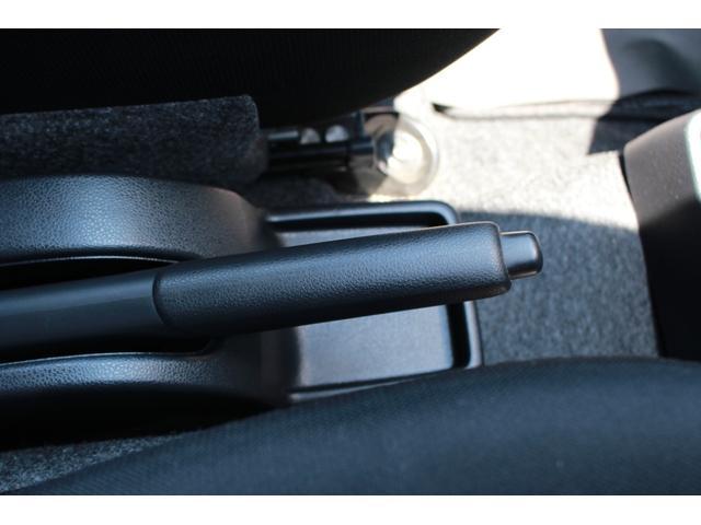 レバー式サイドブレーキです。レバーを引き上げればブレーキがかかり、先端のボタンを押しながら下へ戻すと解除されます。