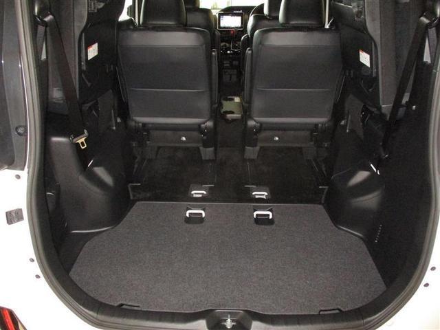 サードシートは簡単操作の跳ね上げ式で、この様に広大なスペースができます。その操作はワンタッチで、簡単さは一度使ってみてください!