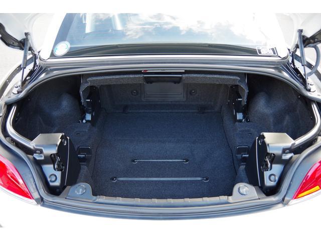 トランクスペースです。トランクフードは、イージークローザー機能付き。