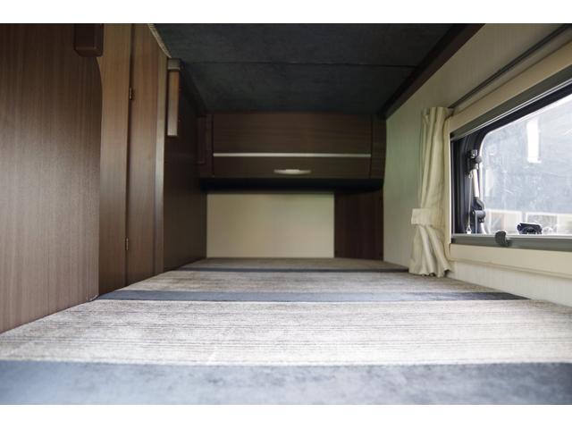 常時ダブルベッドのところには、各ベッド収納スペースも完備しています。