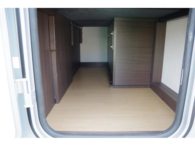 車両後方にある一段目ベッドの下にも収納スペースがあり、車両左側面からアクセスも可能です。