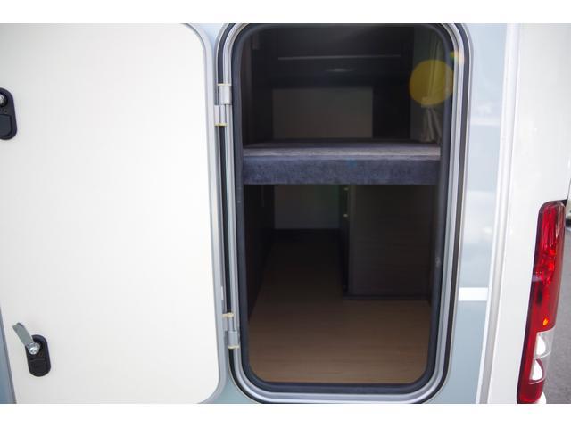 車両後方にある一段目ベッドの下収納スペースは、車両後方からもアクセス可能です。
