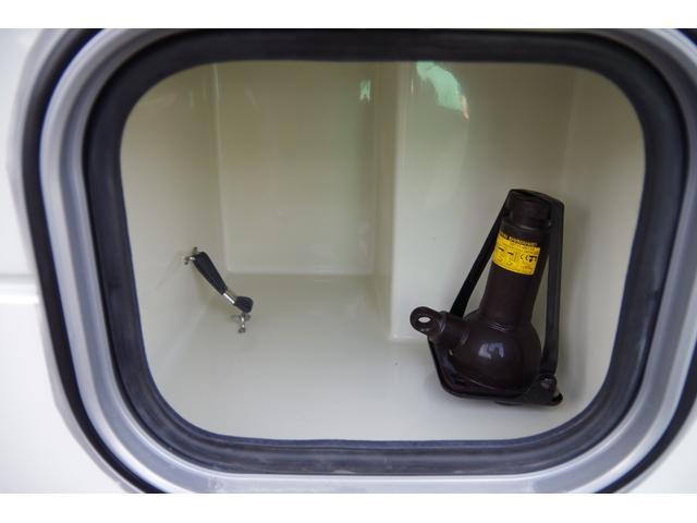 車両外側にある収納スペース兼ジャッキです。