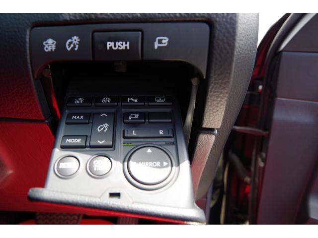 電動格納、ミラー角度調整スイッチ、各種機能スイッチです。