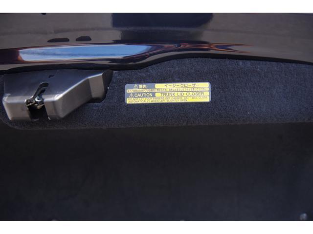 トランクフードは、イージークローザー付きです。